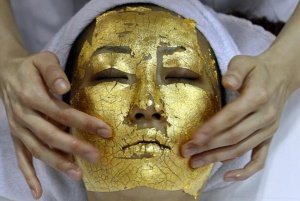"A model demonstrates the use of Umo Inc.'s 24-carat gold leaf ""Gold Facial Treatment"" at the Beautyworld Japan 2007 trade fair in Tokyo May 7, 2007.  REUTERS/Toru Hanai"