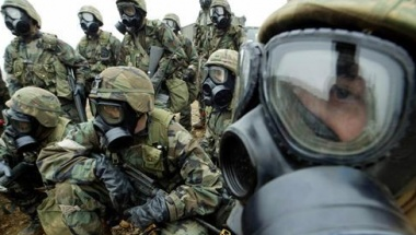 U.S. soldiers wear gas masks as they take part in a chemical, biological and radiological warfare exercise in South Korea,  February 26, 2003. REUTERS/Kim Kyung Hoon