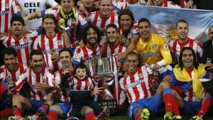 Atletico Madrid's players pose with the Spanish King's Cup trophy after winning their final soccer match against Real Madrid at Santiago Bernabeu stadium in Madrid, May 17, 2013.    REUTERS/Juan Medina (SPAIN  - Tags: SPORT SOCCER)  