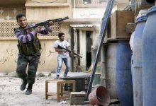 A Free Syrian Army fighter fires back at Syrian Army's position during what activists say was clashes between the Free Syrian Army and forces loyal to Syria's President Bashar Al-Assad, in Deir al-Zor May 19, 2013.  REUTERS/ Khalil Ashawi 