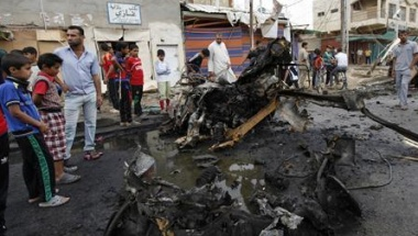 Residents gather at the site of a car bomb attack in the Kamaliya district in Baghdad May 20, 2013. REUTERS/Mohammed Ameen