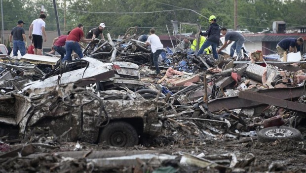 Rescuers search through rubble after a tornado struck Moore, Oklahoma, May 20, 2013. REUTERS/Gene Blevins