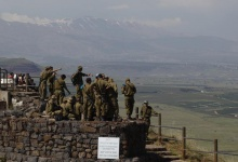 Israeli soldiers receive a briefing at an observation point on Mount Bental in the Israeli-occupied Golan Heights May 5, 2013.  REUTERS/Baz Ratner