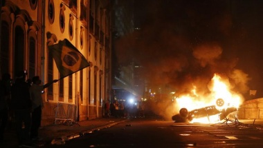 A car burns during a protest in downtown Rio de Janeiro June 17, 2013. REUTERS/Sergio Moraes