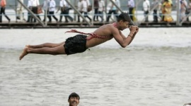 A man dives into the Ganges river to beat the heat in Kolkata May 18, 2007. REUTERS/Parth Sanyal