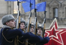 Members of the honour guard march during a military parade in the Red Square in Moscow, November 7, 2013. REUTERS/Sergei Karpukhin