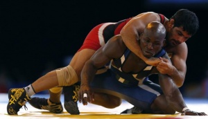 Nigeria's Melvin Bibo (L) competes with India's Sushil Kumar (R) at the Men's Freestyle 74 kg Wrestling semi-final during the 2014 Commonwealth Games in Glasgow, Scotland, July 29, 2014. REUTERS/Russell Cheyne