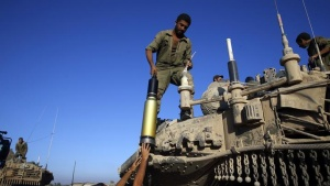 Israeli soldiers load shells onto a tank near the border of southern Gaza Strip August 1, 2014.  REUTERS/Baz Ratner