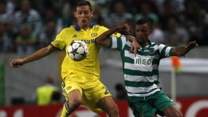 Chelsea's Nemanja Matic (L) and Sporting Lisbon's Nani (R) fight for the ball during their Champions League Group G soccer match at the Estadio Jose Alvade in Lisbon, September 30, 2014. REUTERS/Rafael Marchante