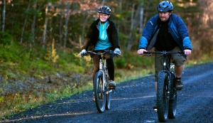 Kaci Hickox (L) and boyfriend Ted Wilbur go for a bike ride in Fort Kent, Maine October 30, 2014. REUTERS/Ashley L. Conti/Bdn