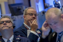 Traders work on the floor of the New York Stock Exchange October 29, 2015. REUTERS/Brendan McDermid