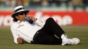 Umpire Asad Rauf of Pakistan drinks during a break on the third day of their second test cricket match between India and England in Mohali December 21, 2008. REUTERS/Adnan Abidi/Files