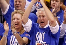 Chesapeake Energy Chief Executive Officer Aubrey McClendon (C), co-owner of the Oklahoma City Thunder, cheers during Game 1 of the NBA basketball finals against the Miami Heat in Oklahoma City, Oklahoma, in this June 12, 2012 file photo. To match AUBREY-MCCLENDON/SPECIALREPORT REUTERS/Mike Stone/Files