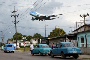 Air Force One carrying President Barack Obama and his family flies over a neighborhood of Havana as it approaches the runway to land at Havana's international airport, March 20, 2016. REUTERS/Stringer