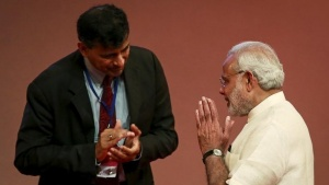 India's Prime Minister Narendra Modi gestures to Reserve Bank of India (RBI) Governor Raghuram Rajan at an event on financial inclusion in Mumbai April 2, 2015.  REUTERS/Danish Siddiqui/Files