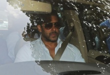 Bollywood actor Salman Khan arrives in a car at a sessions court in Mumbai, India, May 8, 2015. REUTERS/Shailesh Andrade/Files