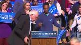 サンダース候補の演説中に壇上の女性が失神、米ニューハンプシャー州(9日)