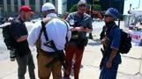 米共和党大会、会場周辺で銃を見せつける反トランプ派(字幕・19日)