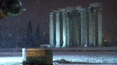 ギリシャ首都で雪、古代遺跡周辺も白く染まる(10日)