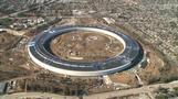 建設中のアップル新社屋「宇宙船」を上空から撮影(字幕・7日)