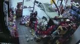 NYで店舗に乗用車が突っ込む、あわや客に衝突(20日)