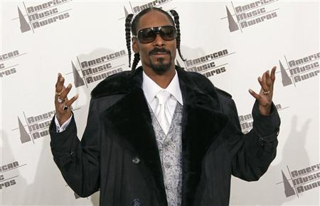Rap artist Snoop Dogg poses backstage at the 2006 American Music Awards November 21, 2006 in Los Angeles. REUTERS/Lucy Nicholson