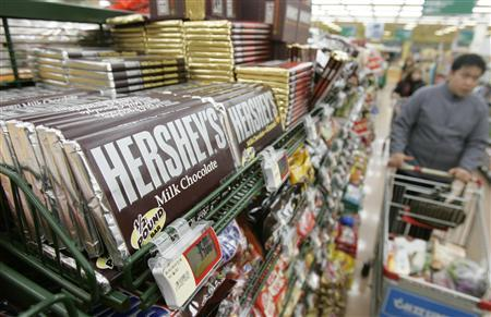 Hershey chocolates are displayed at a market in Seoul January 29, 2007. U.S. candy and snacks group Hershey and South Korea's Lotte Confectionery will set up an $80 million joint venture to make chocolate in China, aiming to boost share in a market dominated by Mars Inc. REUTERS/Lee Jae-Won