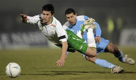 John O'Shea (L) is tackled by San Marino's Nicola Albani during their Euro Group D Euro 2008 qualifying in Serravalle, San Marino February 7, 2007. REUTERS/Alessandro Garofalo