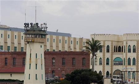 The San Quentin prison in San Quentin, California, December 12, 2005. California penal officials are traveling nationwide to confer with experts to overcome a federal judge's objections to its execution procedure, the state's top prison official said on Thursday. REUTERS/Kimberly White
