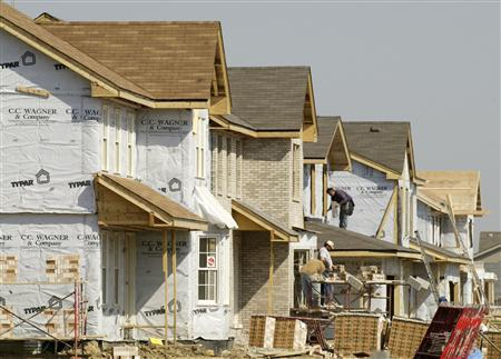 Construction laborers build homes in Woodridge, Illinois, a suburb of Chicago, April 16, 2004. The pace of U.S. home construction fell 14.3 percent in January, the sharpest drop since October that bucked two months of increases and that was much worse than economists had expected, a government report on Friday showed. REUTERS/John Gress