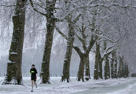 A jogger runs through a snow covered Hyde Park in central London, January 24, 2007. A new study debunks the widely held belief that diet plus exercise is the most effective way to lose weight. Researchers report that dieting alone is just as effective as dieting plus exercise. REUTERS/Toby Melville