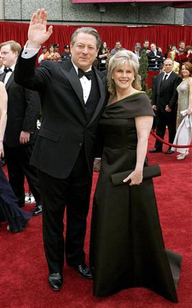 Former Vice President Al Gore and his wife Tipper arrive at the 79th Annual Academy Awards in Hollywood, February 25, 2007. REUTERS/Lucas Jackson