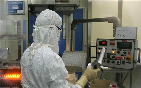 A worker handles vials of medicine in a laboratory of pharmaceutical company Sanofi Aventis in Ambares near Bordeaux, France, September 20, 2006. Data on Sanofi-Aventis's experimental bird flu vaccine shows higher doses worked better, but it is unclear whether those results prove the product's effectiveness, U.S. regulatory staff said in documents released on Monday. REUTERS/Regis Duvignau