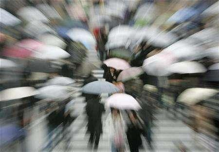 The Shibuya shopping district in Tokyo, February 14, 2007. Japan has had the warmest winter ever and central Tokyo has seen no snow so far -- the first time since records began, the official weather forecaster said on Friday. REUTERS/Kim Kyung-Hoon