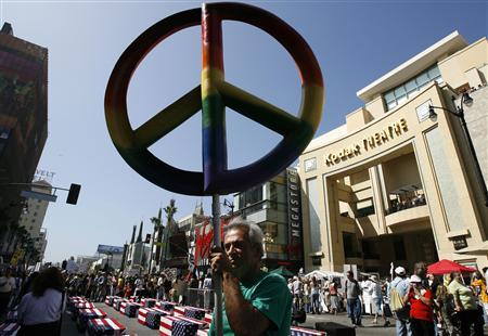 A demonstrator holds a peace sign during an anti-war rally to mark the fourth anniversary of the U.S.-led invasion of Iraq, in Hollywood, California March 17, 2007. REUTERS/Mario Anzuoni
