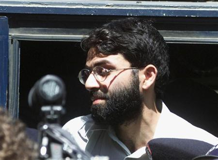 British-born Islamic militant Ahmed Omar Saeed Sheikh is surrounded by armed police as he leaves court in Karachi on March 29, 2002. The lawyer of Omar, an Islamist militant sentenced to hang in Pakistan for his role in the 2002 murder of U.S. reporter Daniel Pearl, said on Monday he would use a top al Qaeda militant's confession to support an appeal. REUTERS/ Zahid Hussein