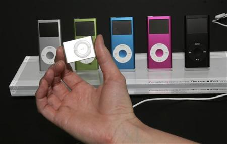An Apple iPod Shuffle (foreground) and iPod Nanos are shown in San Francisco, California, September 12, 2006. A top European Commission official raised questions on Tuesday about whether competition authorities needed to regulate Apple's iPod music players. REUTERS/Dino Vournas