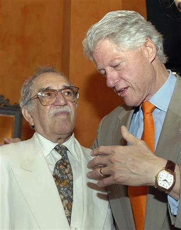 Former President Bill Clinton (R) talks with Colombian Nobel price writer Gabriel Garcia Marquez during the IV International Congress of Spanish language at the Caribbean city of Cartagena, Colombia March 26, 2007. REUTERS/Handout/Presidencia