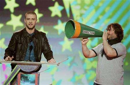 Justin Timberlake (L), host of the 2007 Kids' Choice Awards, and actor Jack Black present an award during the show in Los Angeles March 31, 2007. The ceremony, which aired Saturday from UCLA's Pauley Pavilion in Westwood, was the most-watched telecast in the event's 20-year history, averaging more than 6.1 million total viewers, according to Nielsen Media Research. That represents a 3% increase from last year's telecast. REUTERS/Fred Prouser