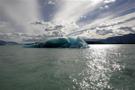 A mass of ice broken off from the Upsala glacier floats on the waters of Lago Argentino in Parque Nacional Los Glaciares, southwest of Argentina in the Patagonian province of Santa Cruz, March 27, 2007. REUTERS/Enrique Marcarian