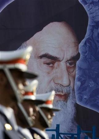 The honor guard stands near a portrait of Iran's Late Leader Ayatollah Ruhollah Khomeini during the Army Day military parade in Tehran April 18, 2007. Tehran has told the United States it has no idea of the whereabouts of a former FBI agent who went missing in Iran last month, the State Department said on Thursday. REUTERS/Morteza Nikoubazl