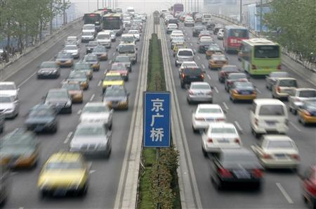 Vehicles are seen on the 3rd ring road during rush hour in Beijing, April 18, 2007. REUTERS/Jason Lee