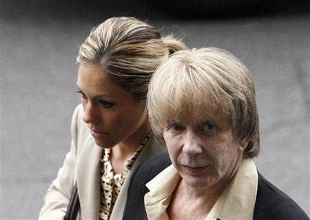 Music producer Phil Spector (R) leaves a Los Angeles courthouse, after jury selection began in his murder trial, with his wife Rachelle Short, in Los Angeles March 19, 2007. Opening statements were set to begin on Wednesday in the murder trial of pioneering rock producer Phil Spector, who is accused of shooting a B-movie actress to death at his Los Angeles-area home. REUTERS/Mario Anzuoni