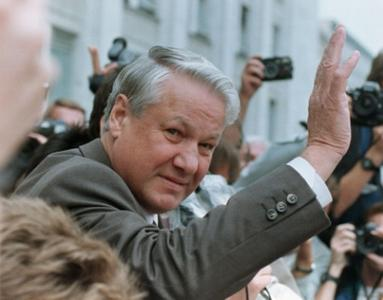 Russian President Boris Yeltsin waves from the balcony of the Russian Parliament to a crowd of demonstrators protesting against the overthrow of Soviet President Gorbachev during the brief coup in August 1991. REUTERS/Michael Samojeden