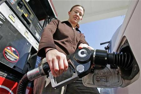 Cynthia Gallant fills up her car with gasoline in Berkeley, California, January 24, 2007. U.S. retail gasoline prices could hit an all-time high by the end of this month due to ongoing problems at the nation's oil refineries, automobile and travel group AAA said on Wednesday. REUTERS/Kimberly White