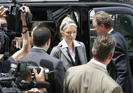 Heiress and reality TV star Paris Hilton (C) arrives for her hearing at the Los Angeles Municipal Court May 4, 2007. Hotel heiress and reality TV star Paris Hilton was ordered on Friday to spend 45 days in jail for violating the terms of her probation for alcohol-related reckless driving. REUTERS/Gus Ruelas