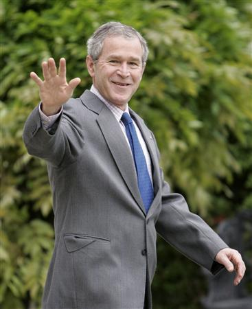 President George W. Bush waves while walking towards Marine One on the South Lawn of the White House in Washington before departing to view tornado damage in Kansas, May 9, 2007. REUTERS/Larry Downing