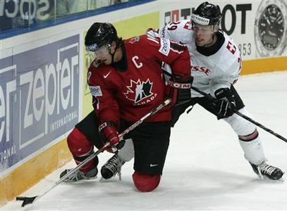 Canada's Shane Doan (L) challenges Switzerland's Beat Forster during their Ice Hockey World Championship quarter-final round match in Moscow May 10, 2007. REUTERS/Sergei Karpukhin