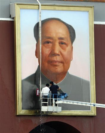 Workers clean the picture of Chairman Mao at the entrance to the Forbidden City in Beijing May 12, 2007. REUTERS/Reinhard Krause