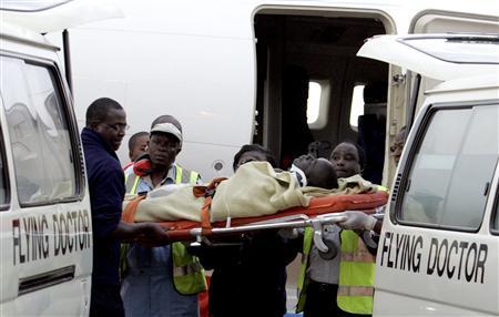 Kenyan flying doctors medics carry on arrival one of the six Ugandan African Union peacekeepers injured in Mogadishu, Somalia, at the Willison Airport in Nairobi, May 16, 2007. REUTERS/Antony Njuguna